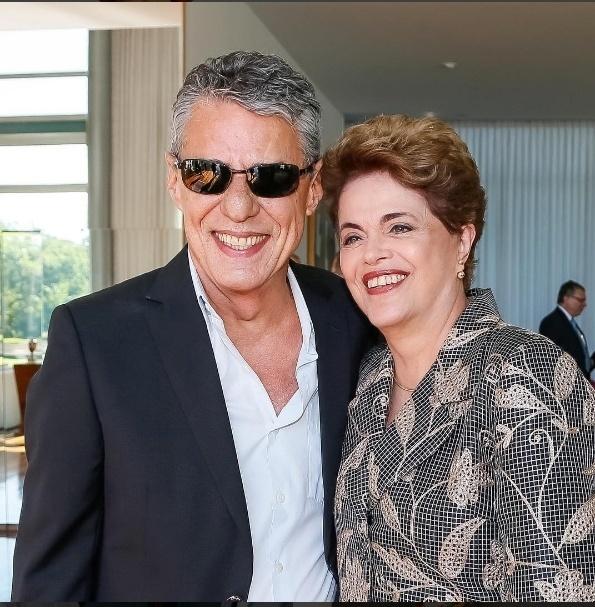 29.ago.2016 - A presidente afastada, Dilma Rousseff, abraça o cantor Chico Buarque no dia de sua defesa contra o processo de impeachment no Senado Federal