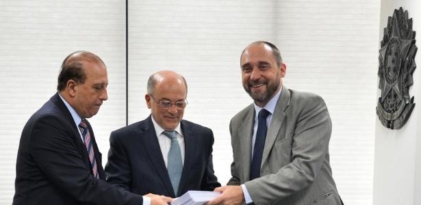 O ministro Augusto Nardes e o presidente do TCU, Aroldo Cedraz, recebem do advogado-geral da União, Luís Inácio Lucena Adams, justificativas sobre as contas do governo de 2014