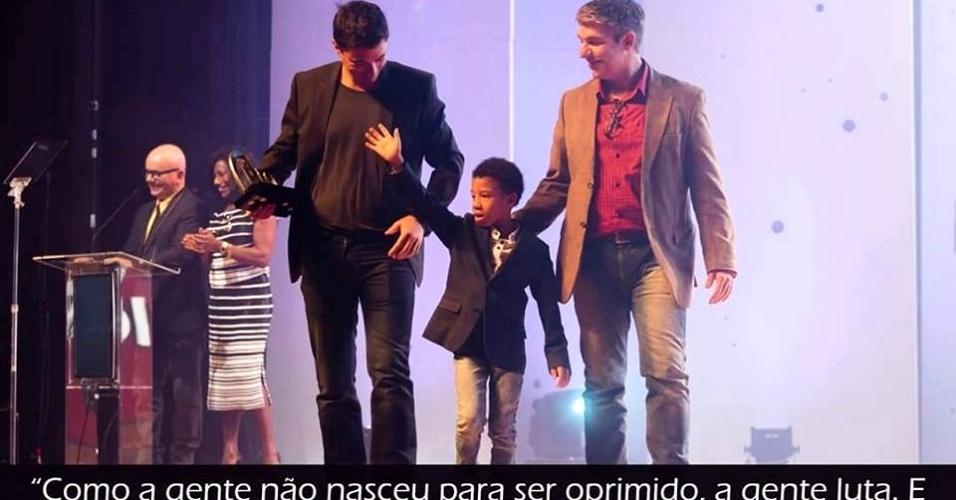 1º.out.2015 - Rodrigo Barbosa publicou nas redes sociais uma foto sua com seu companheiro e o filho deles. Contrárias à aprovação do projeto de lei do Estatuto da Família, em uma comissão especial na Câmara Federal, famílias publicaram nas redes sociais fotos de suas famílias, que não se enquadram no que define a proposta: