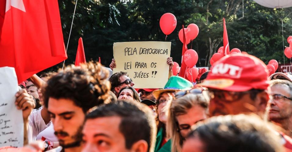 18.mar.2016 - Na avenida Paulista, em São Paulo, manifestante pede leis para os juízes. Sérgio Moro, que julga a Operação Lava Jato, é acusado de ser tendencioso contra