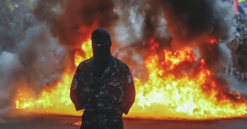 3.jul.2015 - Ativistas de extrema-direita queimar pneus perto do prédio do governo ucraniano no centro de Kiev, nesta sexta-feira (3). Cerca de 2.000 combatentes voluntários protestaram nesta sexta para exigir que se declare guerra contra os combatentes separatistas a favor da Rússia e a libertação de territórios ocupados no leste industrial do antigo Estado soviético