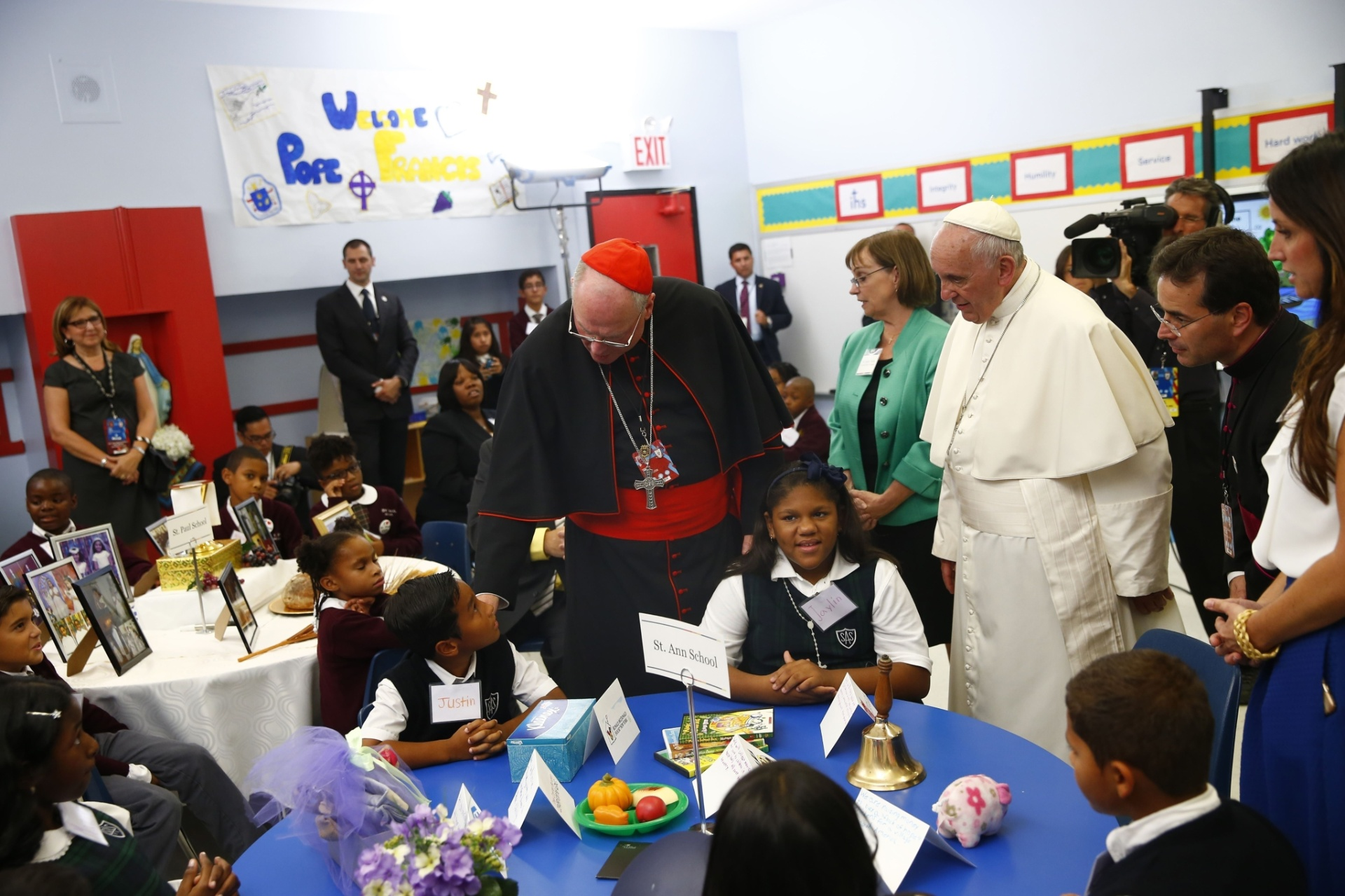 25.set.2015 - Papa é acompanhado pelo cardeal Timothy Dolan (centro) durante sua visita a uma escola no Harlem, em Nova York (EUA)