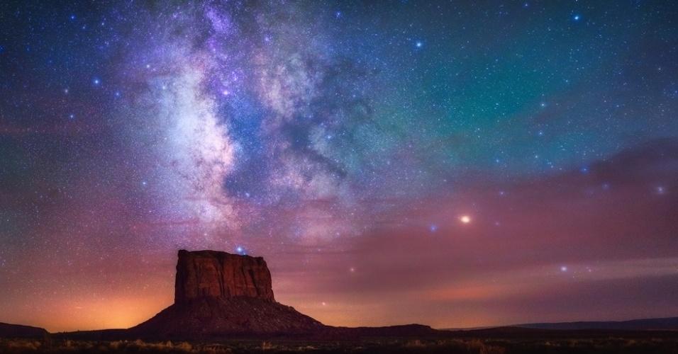 1°.abr.2016 - Apesar de ter sido tirada durante um eclipse lunar de 2015, a foto de Albert Dros não registra a Lua, mas sim o céu escuro sob o Monument Valley, nos EUA