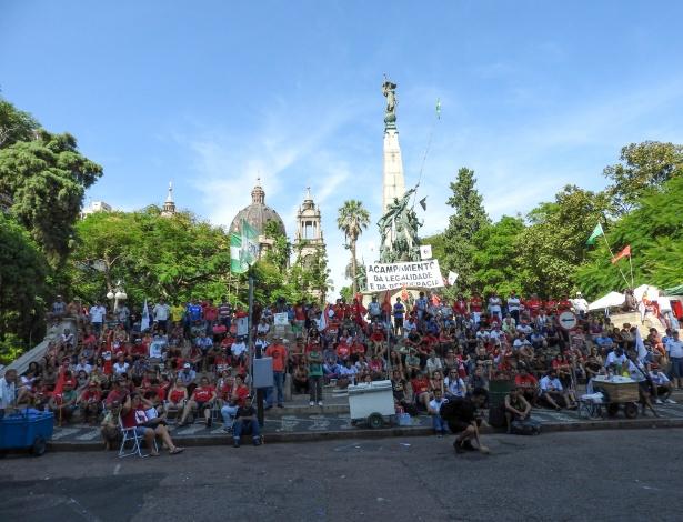 Manifestantes contrários ao impeachment da presidente Dilma Rousseff em vigília na Praça da Matriz, no centro de Porto Alegre (RS)