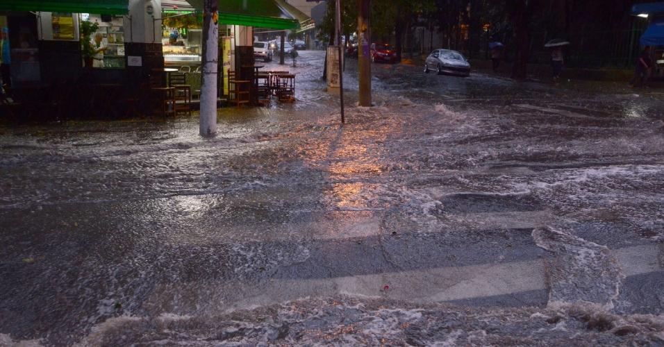 16.mai.2016 - Estragos causados por temporal de granizo na rua Cezário Mota Júnior com rua General Jardim, na Vila Buarque, região central de São Paul nesta segunda-feira. Um esgoto transbordou alagando o local