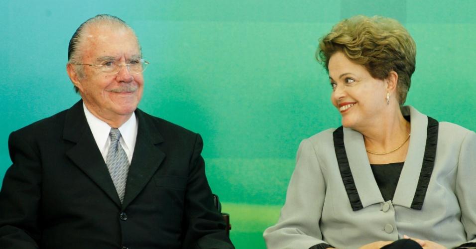 16.mar.2015 - A presidente Dilma Rousseff e o ex-presidente José Sarney durante a cerimônia de sanção do Código de Processo Civil no Palácio do Planalto