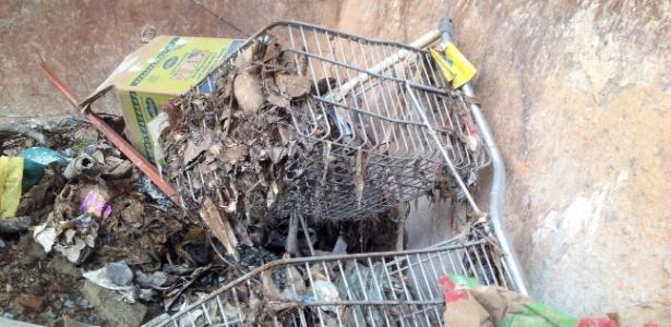 Carrinho de supermercado encontrado nas galerias do córrego Acaba Mundo