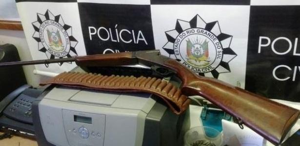 Arma encontrada na casa do prefeito eleito de Monte Belo do Sul, Adenir José Dallé (PMDB), que está sendo investigado por irregularidades ocorridas na sua administração anterior
