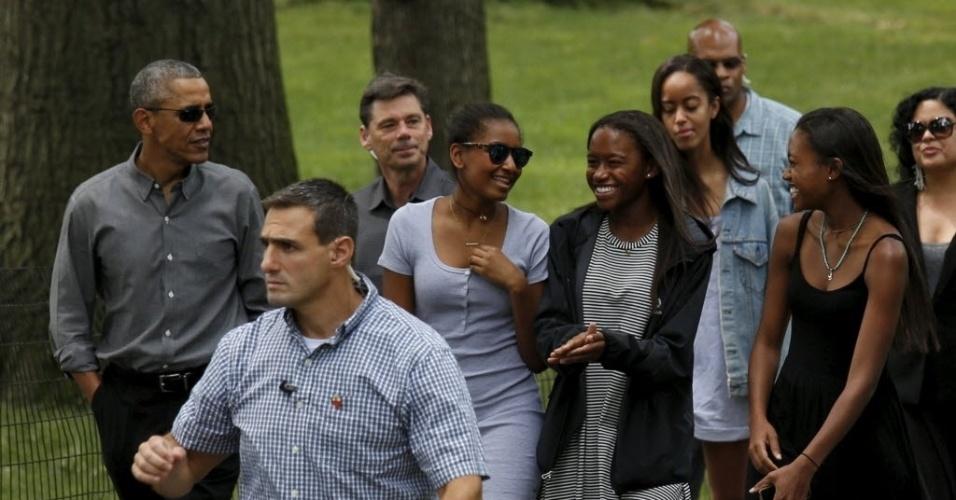 18.jul.2015 - O presidente dos Estados Unidos, Barack Obama, passeia com as filhas Sasha e Malia e amigas delas no Central Park, em Nova York, neste sábado (18); ele está aproveitando o fim de semana com a família