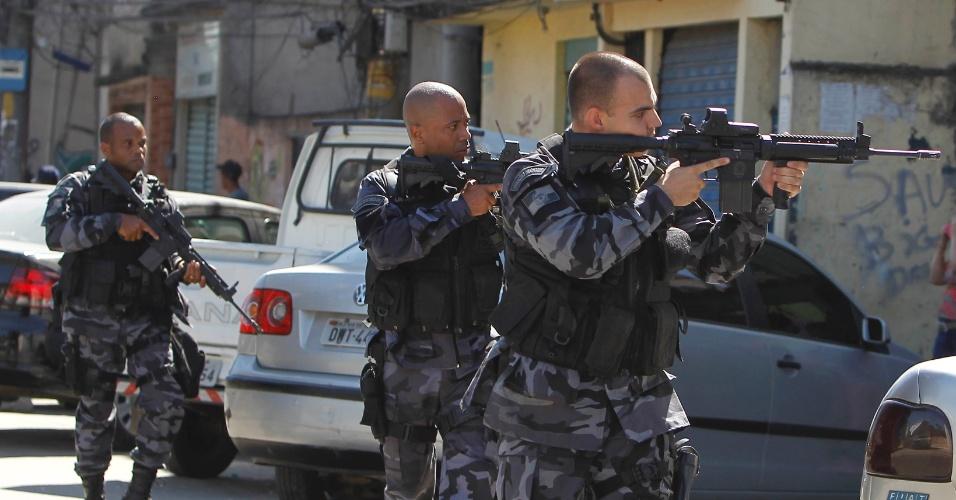11.ago.2015 - O policiamento foi reforçado na comunidade da Mangueira, na zona norte do Rio de Janeiro, após um intenso tiroteio entre policiais e traficantes na manhã desta terça-feira (11). Um homem foi baleado e morreu