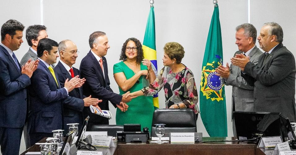 15.set.2015 - Presidente Dilma Rousseff recebe dos líderes da base aliada na Câmara documento de declaração em defesa da democracia e do mandato popular