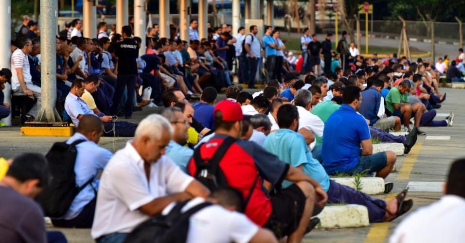 16.out.2015 -  Assembleia de funcionários da General Motors, unidade São José dos Campos, interior de São Paulo, onde foi votado estado de greve devido às negociações da campanha salarial