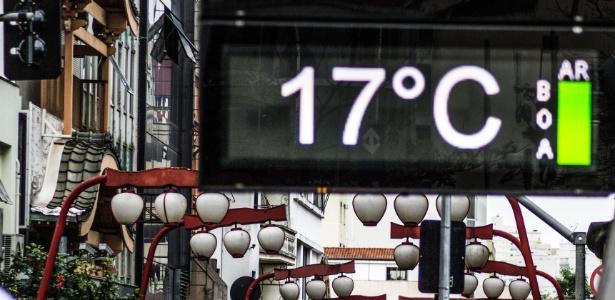 Pedestres enfrentam frio na região central da cidade de São Paulo na tarde desta sexta- feira (19)