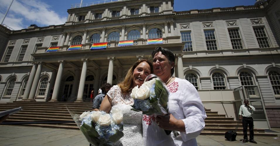 26.jun.2015 - Sarah Joseph (à direita) e Katrina Council chegam para se casar na prefeitura em Nova York (EUA). A Suprema Corte, a mais alta instância da Justiça norte-americana, decidiu que casais homossexuais devem ter os mesmos direitos que os casais heterossexuais. Na prática, está legalizado o casamento civil gay nos Estados Unidos