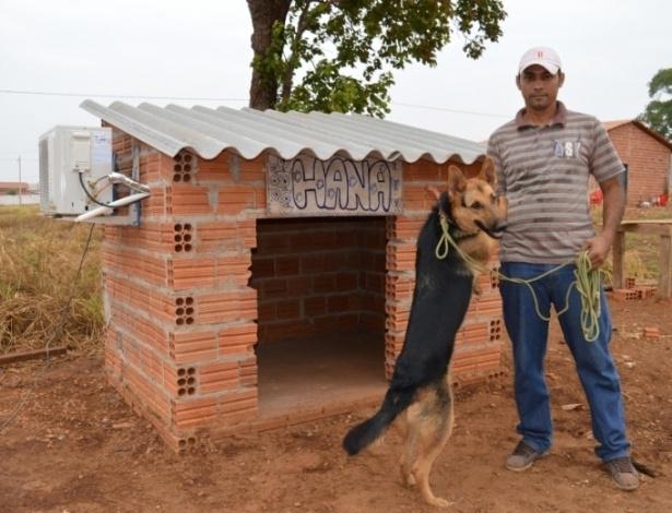 O autônomo Wyomar Ramos de Araújo, 39, e sua cachorra, Hana, que ganhou um ar-condicionado na sua casinha em Tocantins