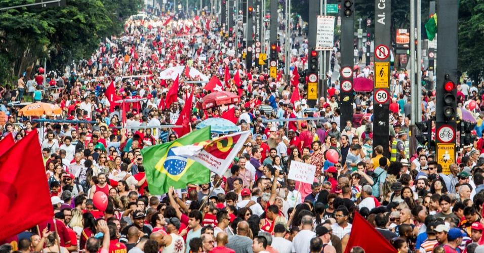 18.mar.2016 - Em clima de festa, manifestantes participam de protesto a favor da democracia e contra o processo de impeachment da presidente Dilma Rousseff na avenida Paulista, em São Paulo