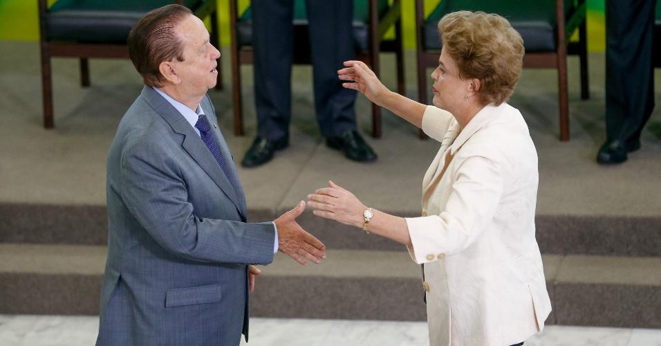 17.mar.2016 - A presidente Dilma Rousseff cumprimenta o ministro Mauro Lopes (PMDB-MG), que assume a secretaria de Aviação Civil
