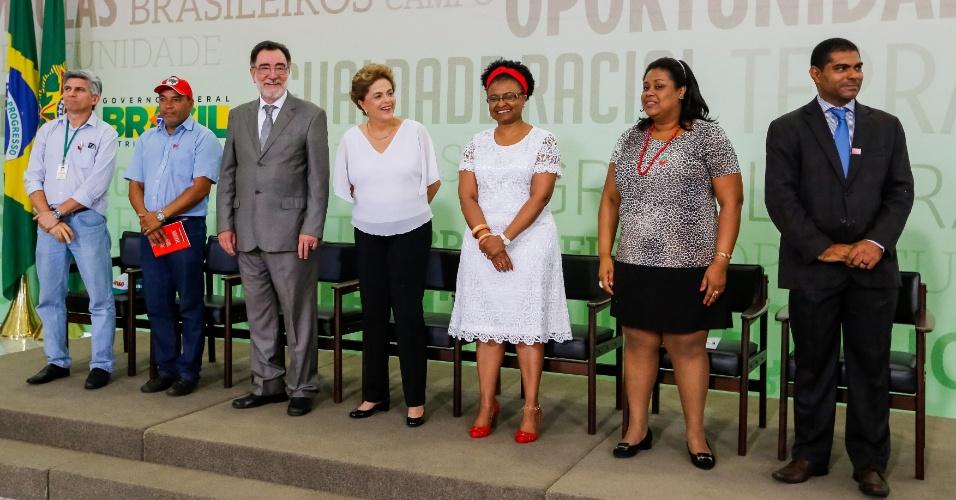 1º.abr.2016 - A presidente Dilma Rousseff e o ministro Patrus Ananias participam de cerimônia de assinatura de Atos para a Reforma Agrária e Comunidades Quilombolas