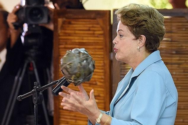 23.jun.2015 - Em cerimônia com índios, Dilma saúda 'mandioca', brinca com bola e fala de 'mulheres sapiens'