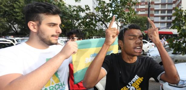 30.jun.2015 - Manifestante do 'Movimento Brasil Livre' leva ovada após entrar em confronto com taxistas que protestam contra Uber em frente à Câmara de São Paulo