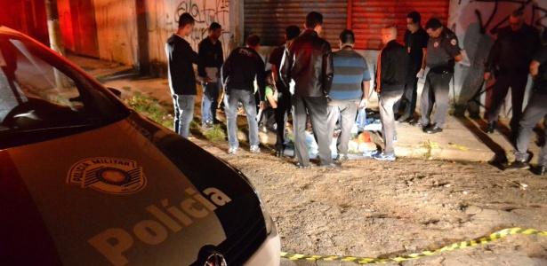 Policiais inspecionam local de um dos ataques realizados em Osasco e Barueri, na Grande São Paulo, em agosto do ano passado