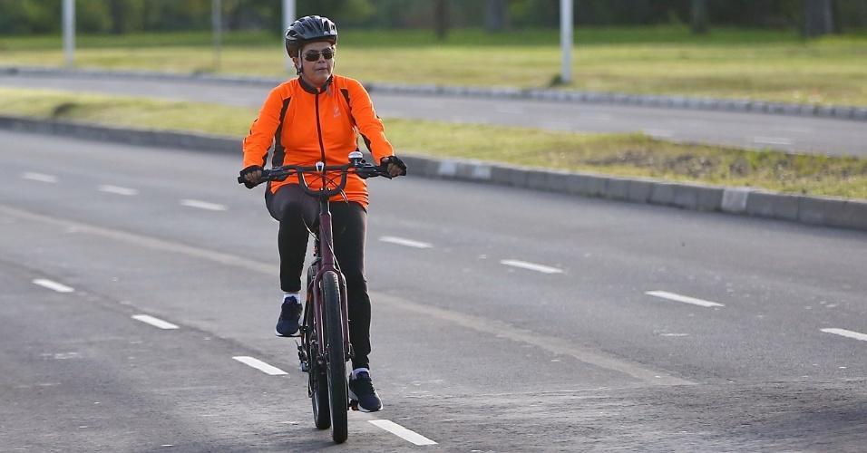 8.mai.2016 - A presidente Dilma Rousseff anda de bicicleta nas ruas de Porto Alegre neste domingo de Dia das Mães. O passeio da presidente teve início às 7h, em sua residência, na avenida Copacabana, bairro Tristeza. Dilma percorreu as avenidas Diário de Notícias, Beira-Rio e Mauá