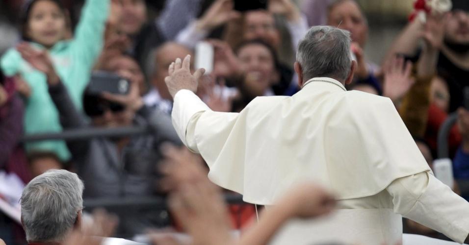 5.jul.2015 - Papa Francisco saúda a multidão do papamóvel, em Quito, Equador