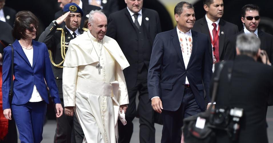 5.jul.2015 - Papa Francisco é recebido pelo presidente equatoriano, Rafael Correa, em sua chegada ao país sul-americano, no Aeroporto Internacional Mariscal Sucre, em Quito