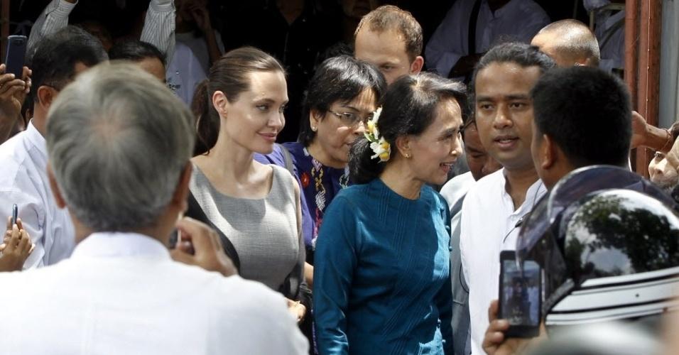 1º.ago.2015 - A atriz norte-americana e embaixadora da agência para refugiados, da ONU, Angelina Jolie e a líder oposicionista Aung San Suu Kyi, conhecem uma fábrica de roupas em Mianmar, neste sábado (1º). Jolie está no país para uma visita de seis dias