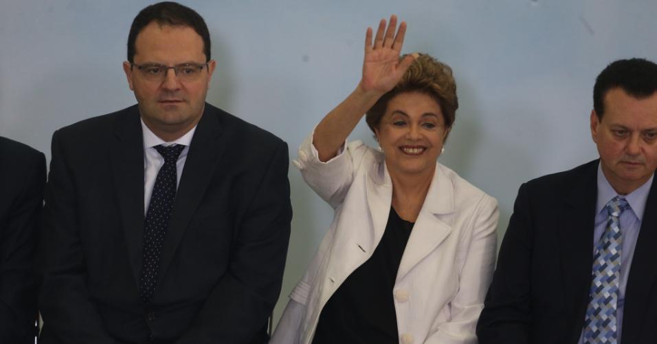 30.mar.2016 - Entre os ministros da Fazenda, Nelson Barbosa, e o das Cidades, Gilberto Kassab, a presidente Dilma Rousseff acena durante cerimônia de lançamento da terceira etapa do Minha Casa, Minha Vida, em Brasília