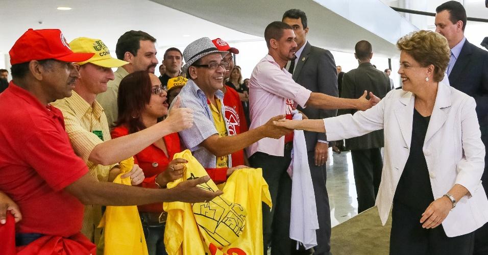 30.mar.2016 - Presidente Dilma Rousseff e ministro das Cidades, Gilberto Kassab, cumprimentam representantes de movimentos sociais antes da cerimônia de lançamento da terceira fase do programa Minha Casa, Minha Vida