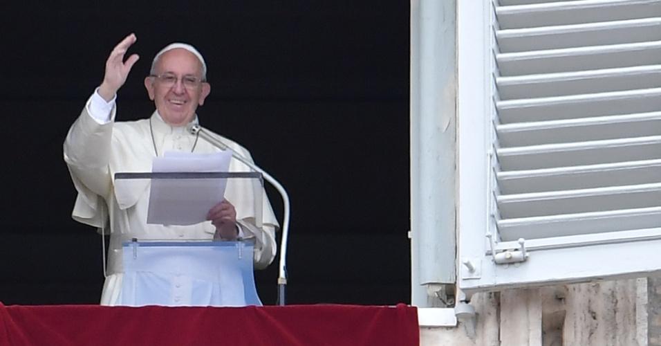 1º.mai.2016 - O papa Francisco saúda a multidão reunida na praça de São Pedro, no Vaticano, durante o ângelus deste domingo (1)