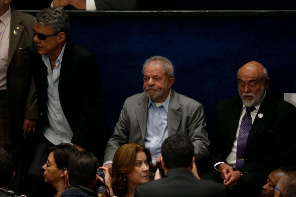 29.ago.2016 - O ex-presidente Lula e o cantor Chico Buarque assistem a defesa da presidente afastada, Dilma Rousseff, no Senado, em Brasília, contra o processo de impeachment