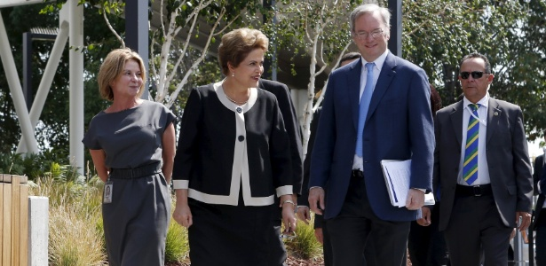 1º.jul.2015 - A presidente do Brasil, Dilma Rousseff (centro), é recebida por Eric Schmit, presidente do Google, na sede da empresa de tecnologia em Mountain View, na Califórnia