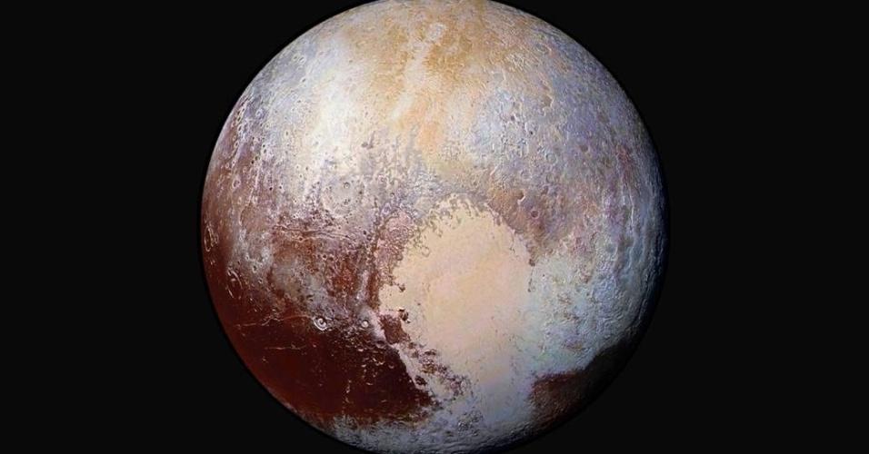 24.jul.2015 - Cientistas da equipe da sonda New Horizons divulgaram uma imagem de Plutão artificialmente colorida para detectar diferentes composições e texturas da superfície de Plutão. Acredita-se que a região do coração do planeta-anão é uma exótica fonte de gelo. A sonda também encontrou neblina e pequenas geadas, informou hoje a Nasa