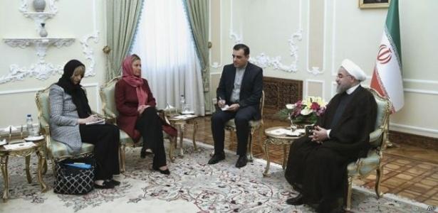 Representantes europeias Helga Schmid (à esquerda) e Federica Mogherini se encontram com o presidente do Irã, Hassan Rouhani (no canto direito), em 28 de julho