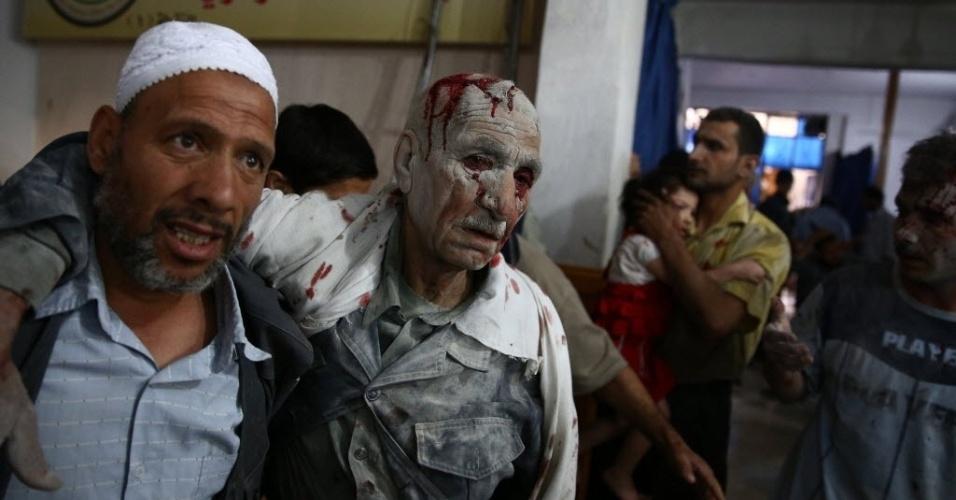 30.jun.2015 - Vítima de ataque aéreo das forças do ditador Bashar Assad é levado a um hospital improvisado em Douma, área controlada pelos rebeldes a leste da capital da Síria, Damasco