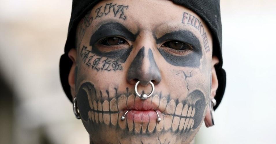 10.nov.2015 - Eduardo Henriquez, 19, posa para mostrar suas tatuagens nos olhos durante uma convenção de tatuagem e suspensão corporal na cidade de Valparaíso, no Chile