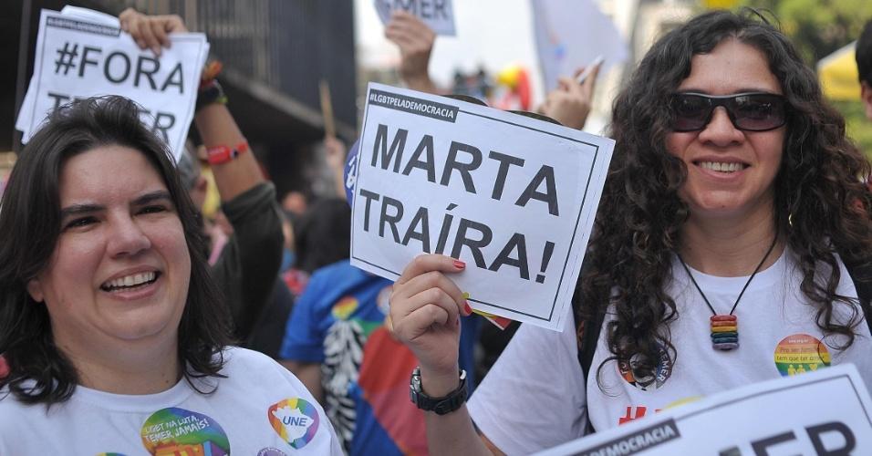 29.mai.2016 - A senadora Marta Suplicy (PMDB-SP) é alvo de protesto na 20ª Parada do Orgulho LGBT, em São Paulo