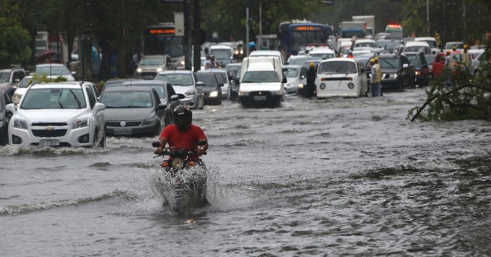 25.jun.2015 - Motoristas enfrentam alagamento na avenida Agamenon Magalhães, no centro do Recife (PE). As fortes chuvas também derrubaram árvores na capital pernambucana