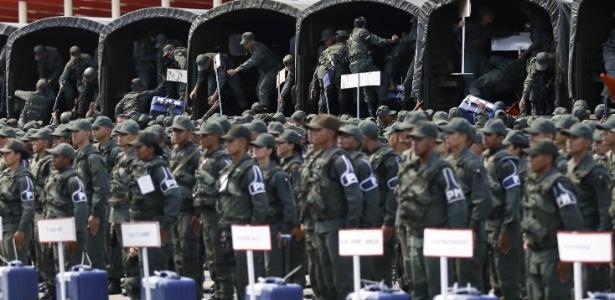 Soldados venezuelanos descarregam materiais de votação em uma base militar