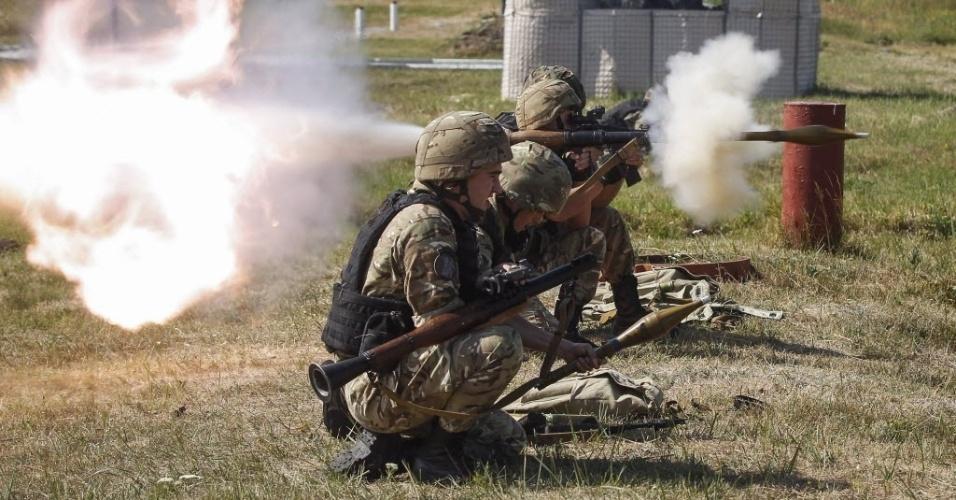 22.jul.2015 - Soldados da Guarda Nacional participam de treinamento na cidade de Novi Petrivtsi, na Ucrânia. Representantes do governo ucraniano e separatistas pró-Rússia chegaram a um acordo preliminar para ampliar uma retirada de armas no leste ucraniano, incluindo tanques e sistemas de armas menores
