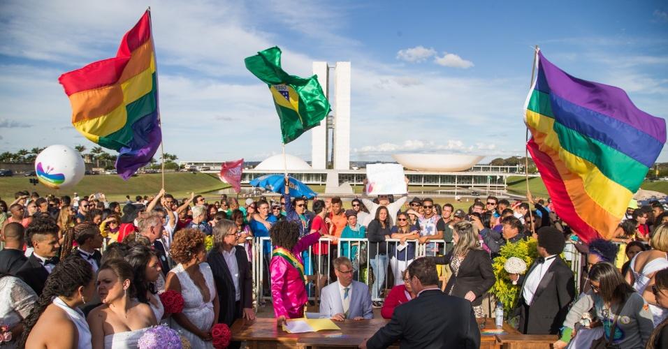 28.jun.2015 - Casais homossexuais se casam em frente ao Congresso Nacional, em Brasília, antes da Parada Gay na capital federal, neste domingo (28)