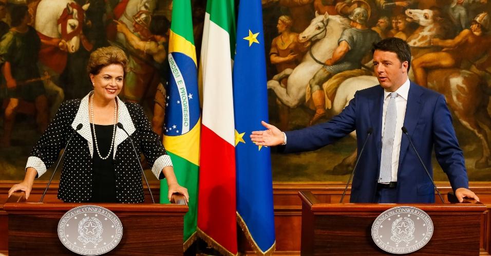 10.jul.2015 - A presidente Dilma Rousseff discursa ao lado do primeiro-ministro italiano, Matteo Renzi, durante visita oficial a Roma, na Itália, nesta sexta-feira (10). Dilma apresentou nesta sexta, em encontro com autoridades italianas em Roma, as oportunidades de investimento em obras de infraestrutura no Brasil e defendeu que as relações entre os dois países passem a outro patamar