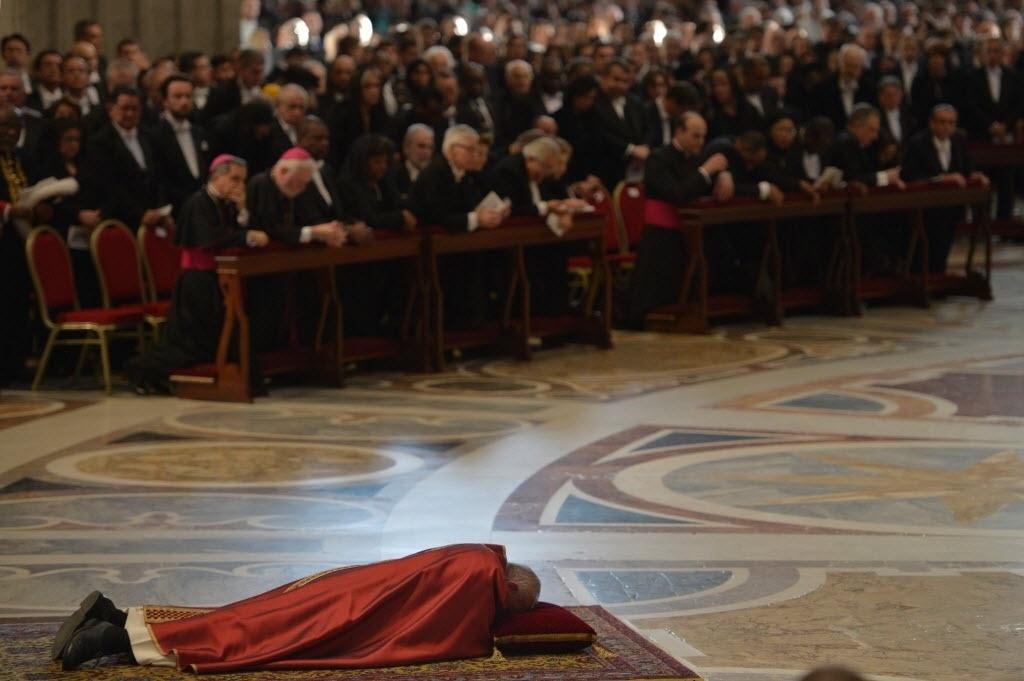 25.mar.2016 - Papa Francisco se deita na Basílica de São Pedro e ora durante a Solene Ação Litúrgica da Paixão, rito da Igreja Católica que relembra a crucificação e morte de Jesus Cristo