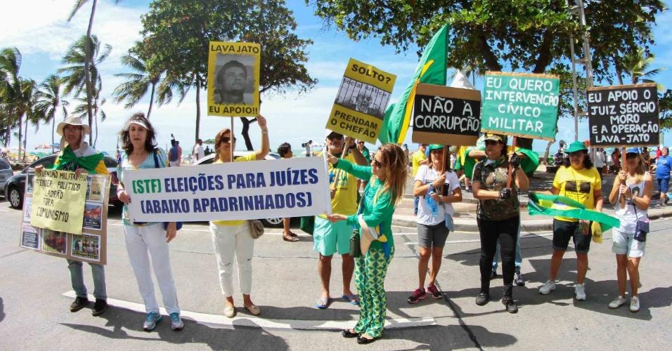 31.jul.2016 - Manifestantes protestam contra a presidente afastada, Dilma Rousseff, e a favor da operação Lava Jato e da intervenção militar, na avenida Boa Viagem, no Recife (PE)