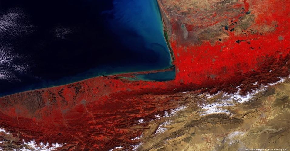 16.ago.2016 - Esta foto tirada pelo satélite PROBA-V, da Agência Espacial Europeia, em 8 de março e divulgada agora mostra os diferentes tons de cores do Planeta Terra em uma curta área. Na área inferior, é possível ver tons de branco em neve de montes próximos ao mar Cáspio, entre o Irã e o Turcomenistão. As fotos do satélite são usadas para análises da concentração de clorofila e de materiais suspensos na água. Nesta imagem, por exemplo, ficam visíveis sedimentos oriundos do rio Atrek na cor azul clara