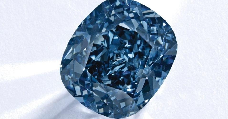 """12.nov.2015 - O diamante azul de 12,03 quilates chamado """"Blue Moon ..."""