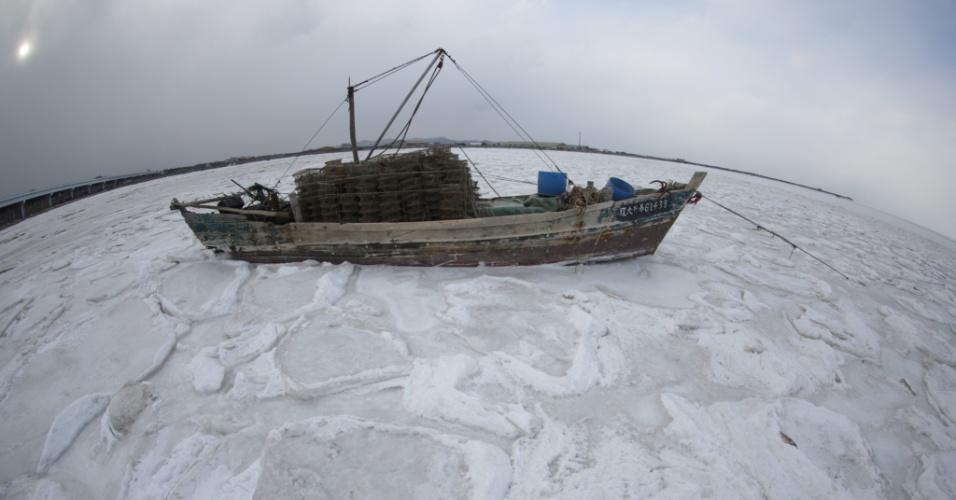 24.jan.2016 - Onde era água, não é mais: este barco ficou preso no gelo de águas congeladas em Dalian, no nordeste da China. A foto foi tirada no último sábado (23) e divulgada neste domingo. Grande parte da China enfrenta temperaturas frias que bateram recordes de décadas e que levam neve para diversas regiões