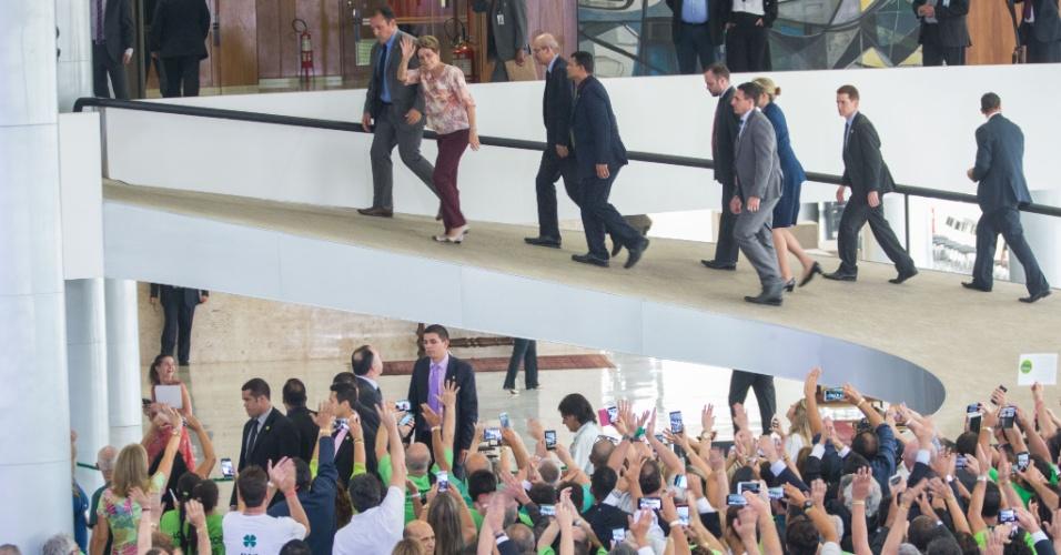 22.out.2015 - A presidente Dilma Rousseff se reúne com integrantes da Frente Nacional dos Prefeitos (FNP) e da Associação Brasileira de Municípios (ABM) após sancionar lei que permite que mais de 6 mil casas lotéricas continuem operando no Brasil, no Palácio do Planalto, em Brasília. A lei prorroga por mais 20 anos as outorgas de permissão lotérica celebradas antes de 15 de outubro de 2013, data em que entrou em vigor a Lei dos Lotéricos, estabelecendo um novo regime jurídico ao serviço